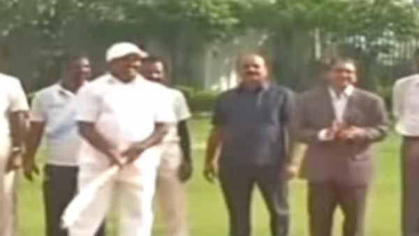 Edappadi Palaniswami Playing Cricket-எடப்பாடி பழனிச்சாமி அவர்கள் கிரிக்கெட் விளையாடுகிறார்