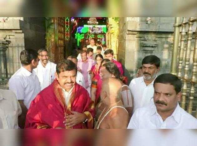 Tamil Nadu Cm Travelled To Tirupati For Lord Balaji Darshan-முதல்வர் பழனிசாமி குடும்பத்துடன் ஆன்மிக பயணம்